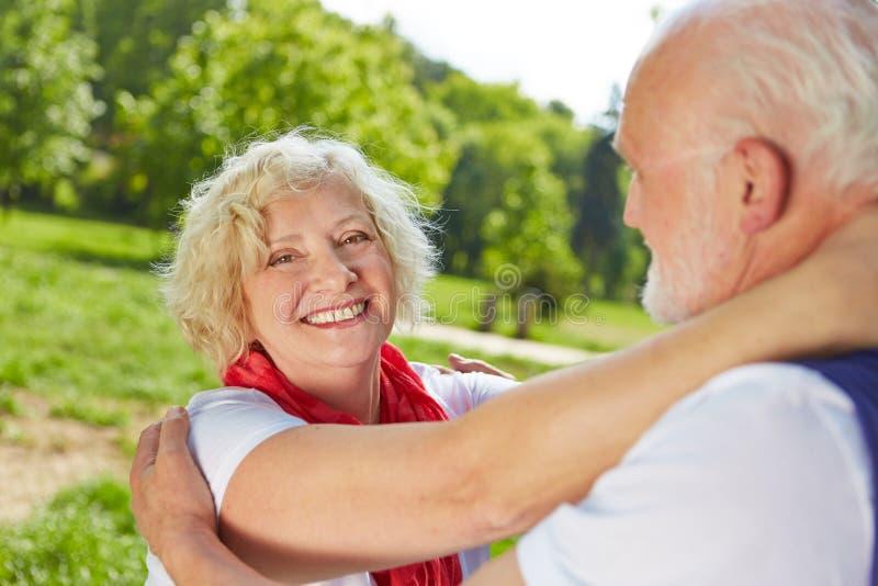 Anziani nel dancing di amore in natura immagini stock libere da diritti