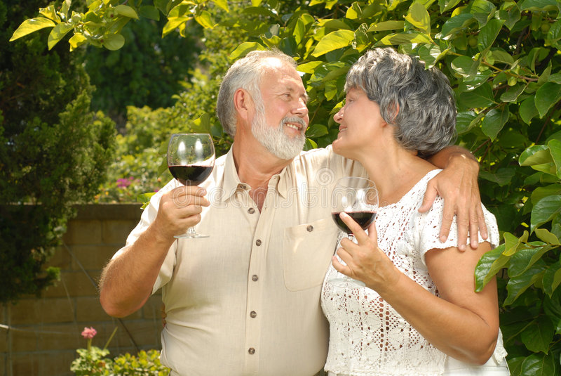 Anziani nel giardino fotografia stock