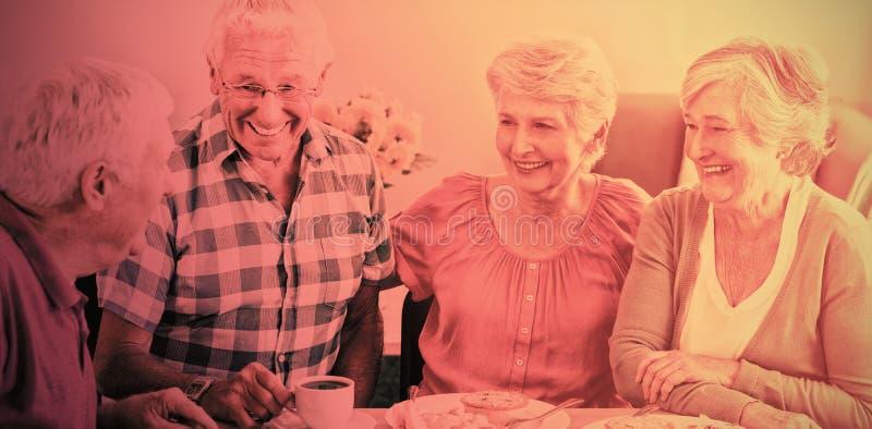 Anziani pranzando insieme immagini stock