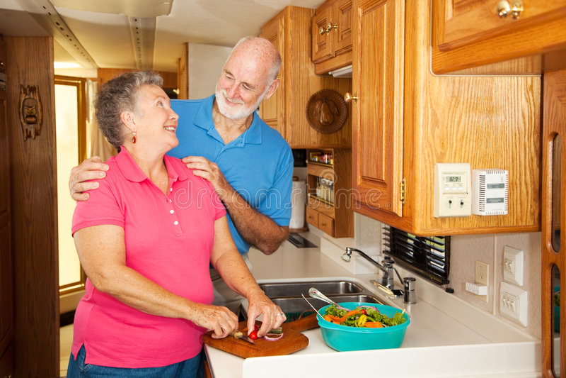 Anziani rv - Romance in cucina immagine stock libera da diritti