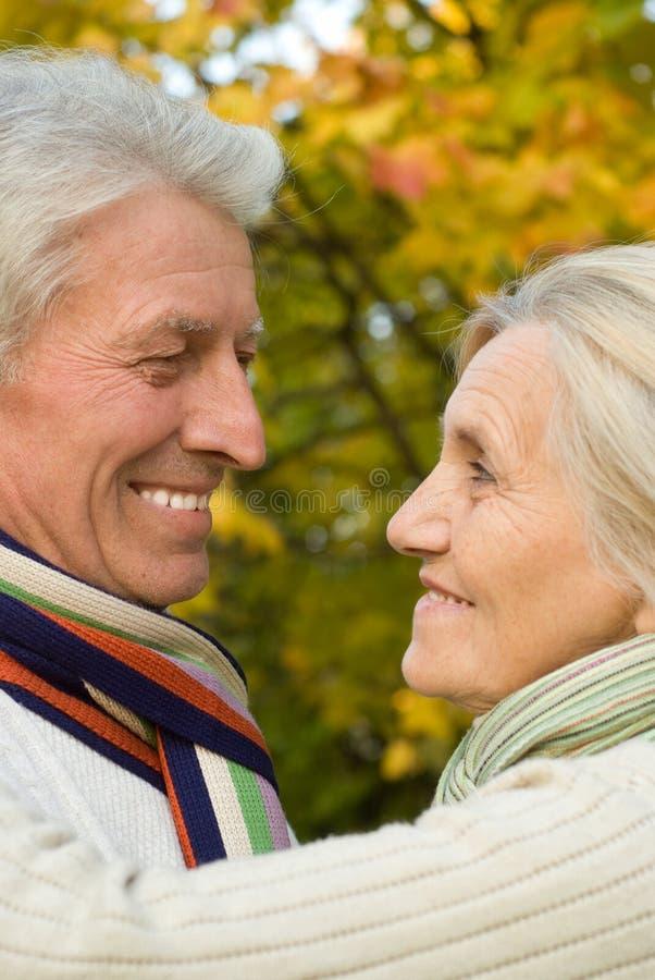 Anziani in una sosta di autunno immagini stock libere da diritti