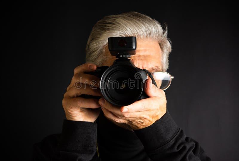 Anziano che consuma una fine della macchina fotografica fotografia stock libera da diritti