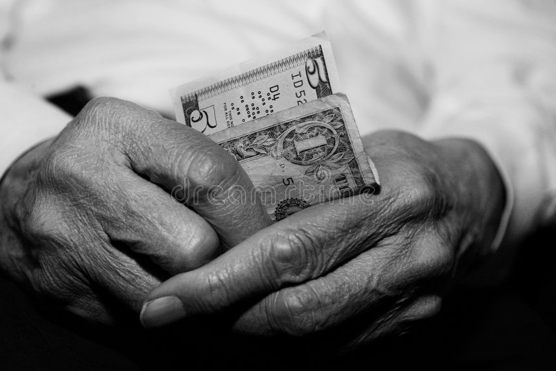Anziano che lotta finanziariamente immagini stock