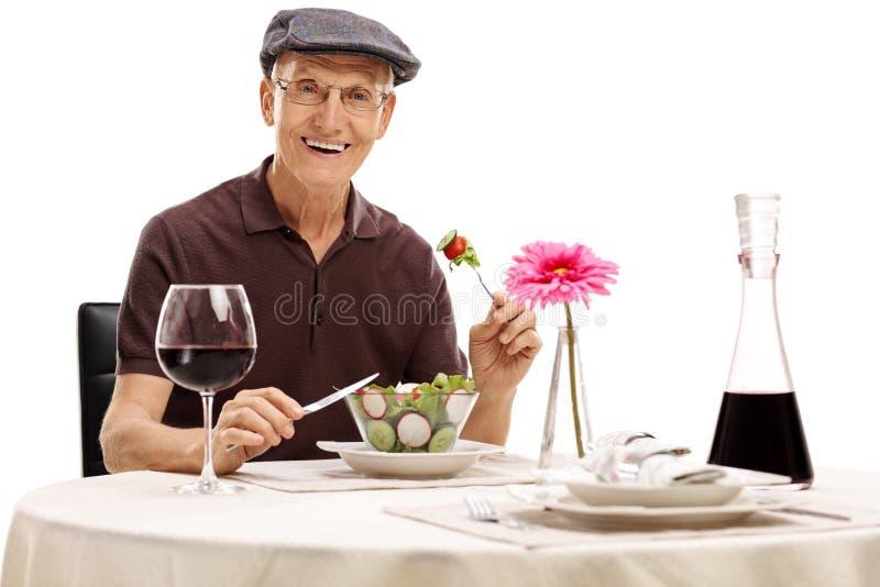 Anziano che mangia un'insalata fotografia stock libera da diritti