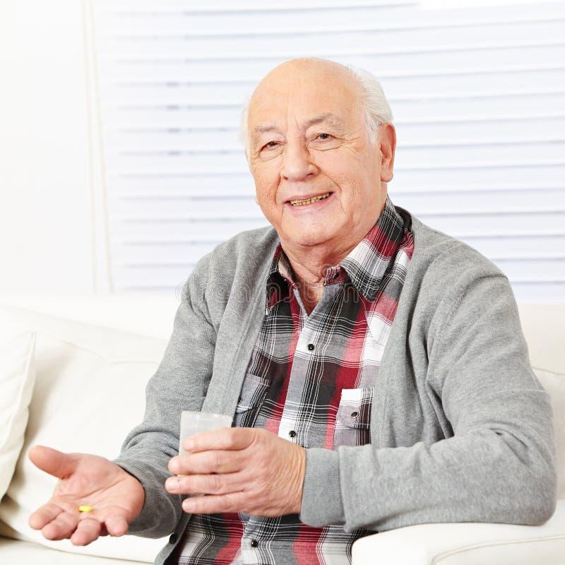 Anziano che prende pillola medica fotografie stock