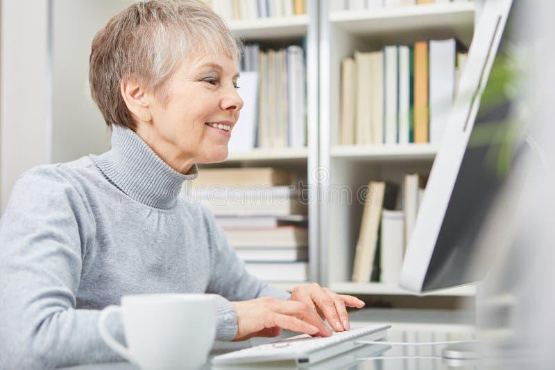 Anziano con il computer fotografie stock libere da diritti
