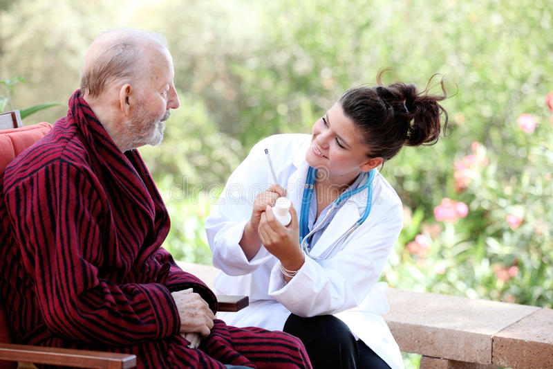 Anziano con il medico fotografia stock