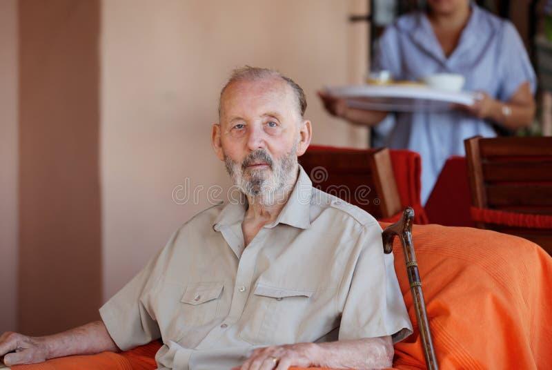 Anziano con la personale che dispensa le cure immagine stock libera da diritti
