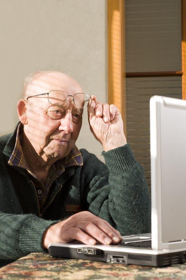anziano dell'uomo del computer portatile immagine stock