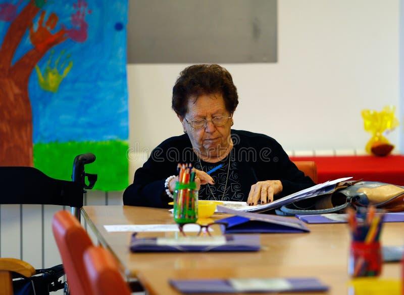 Anziano durante l'attività terapeutica di mente su una casa di cura in Mallorca fotografia stock