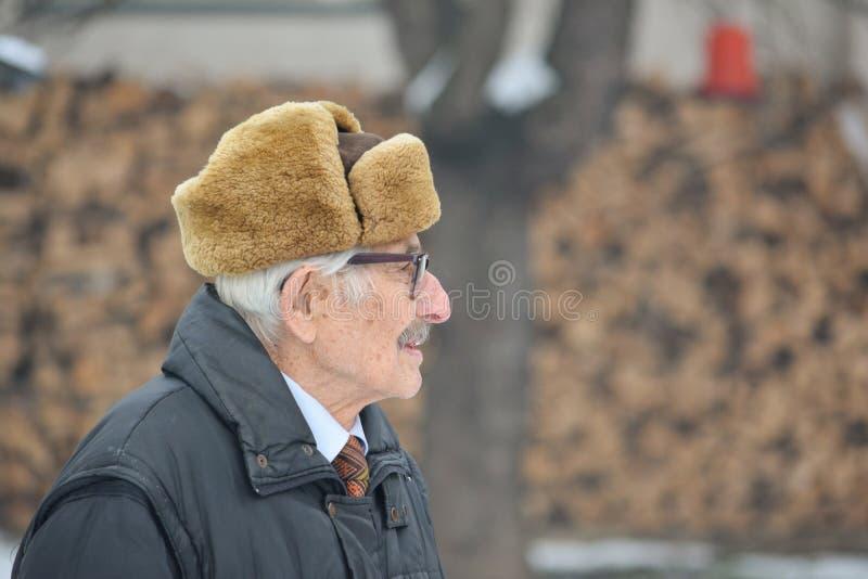 Anziano e protesi acustica fotografie stock