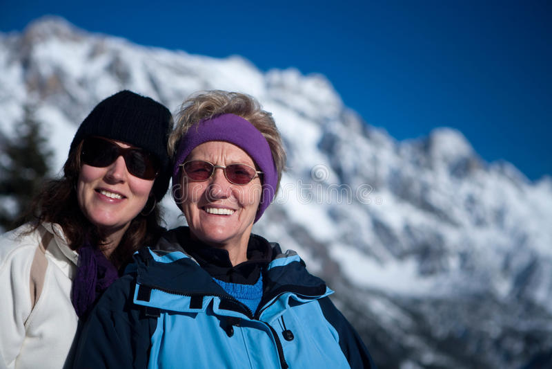 Anziano e ragazza in neve fotografie stock libere da diritti