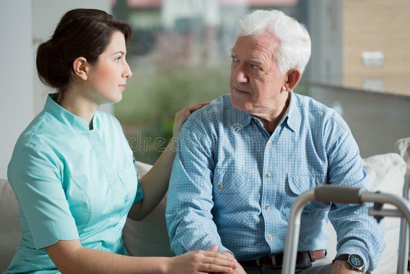 Anziano nella casa di gente anziana immagine stock libera da diritti