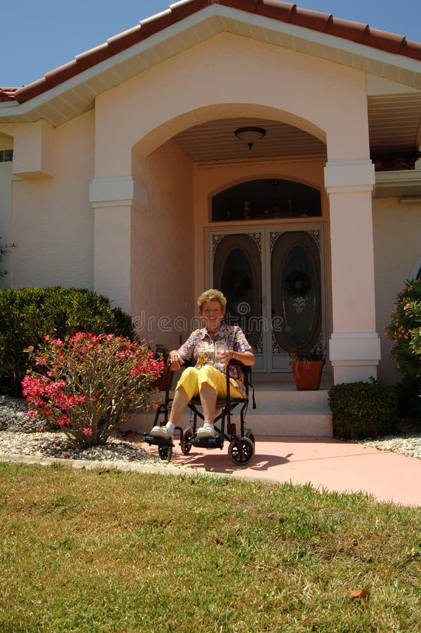 Anziano in sedia a rotelle nel paese fotografia stock libera da diritti