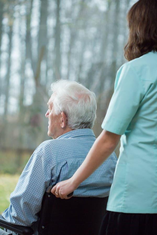 Anziano solo nella casa di cura immagini stock
