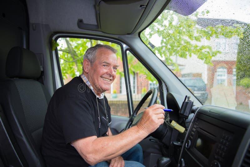 Anziano sorridente nel funzionamento di pensionamento come corriere immagine stock libera da diritti