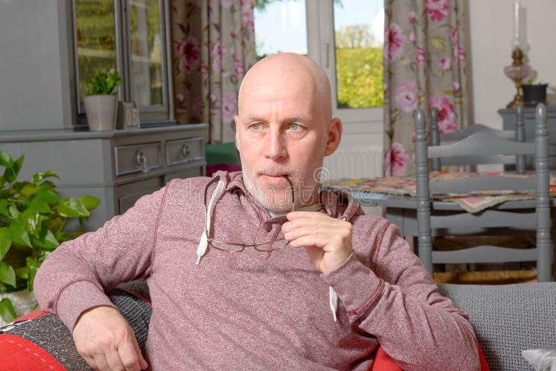 Anziano su un sofà fotografia stock