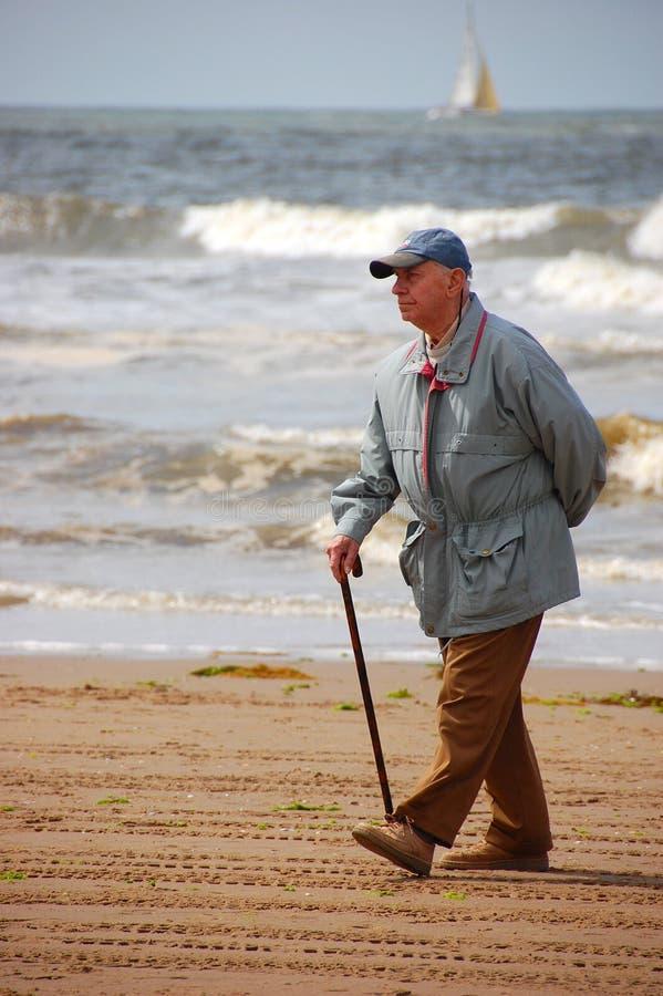 Anziano sulla spiaggia fotografia stock libera da diritti