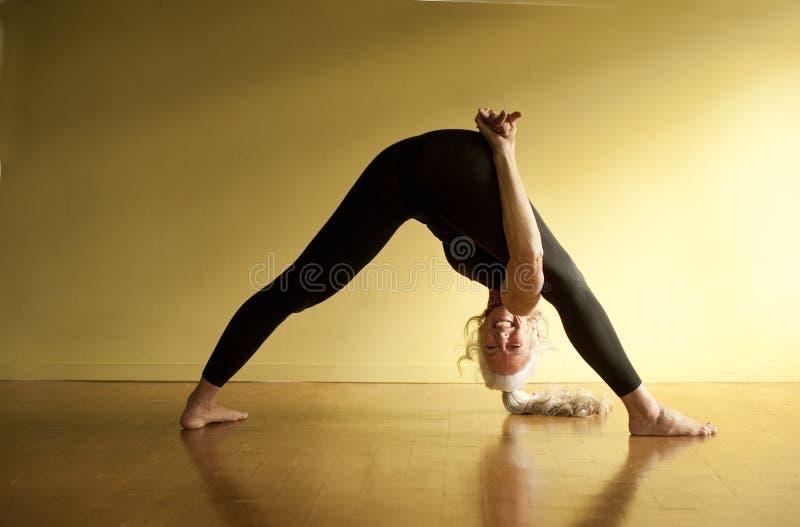 Anziano torto di yoga fotografia stock