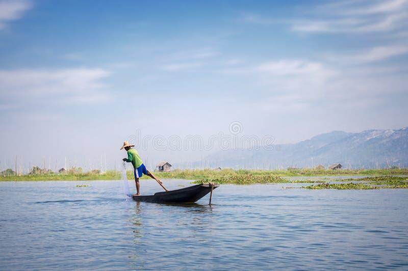 Anziehende Fische des birmanischen Fischers mit einem Netz auf Inle See, Myanmar Birma lizenzfreie stockbilder