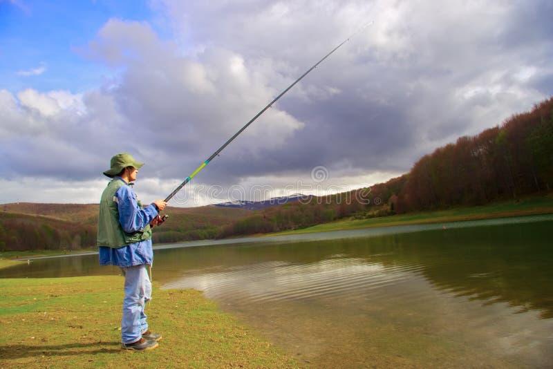 Anziehende Fische des Fischers lizenzfreie stockfotografie