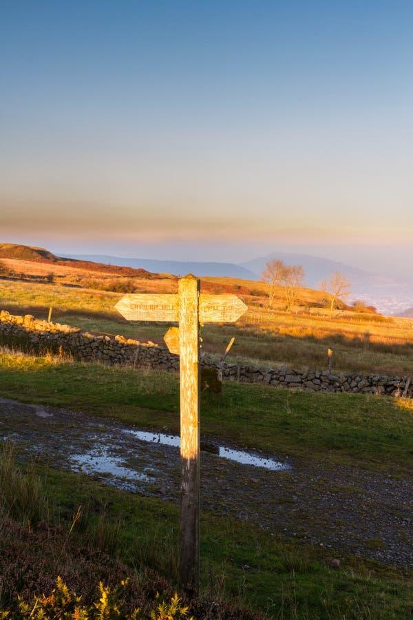 Anziehende Sonne des BRITISCHEN Fußwegenwegweisers lizenzfreies stockfoto