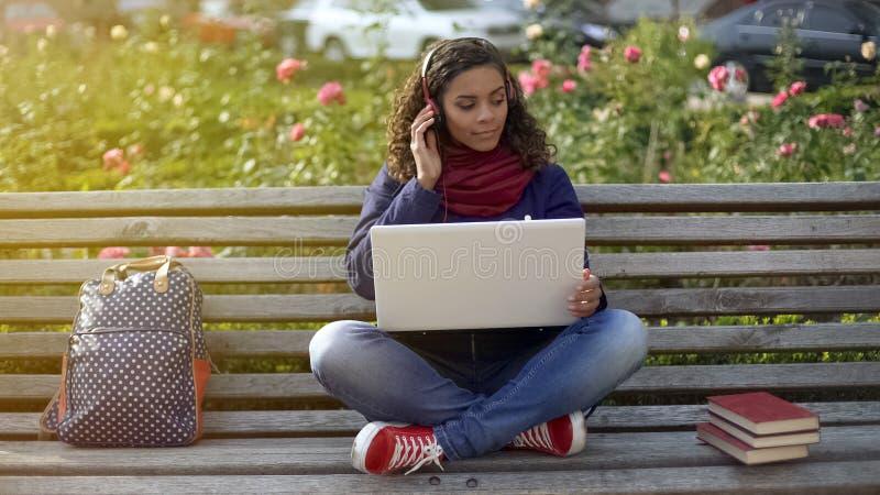 Anziehendes Mädchen, das Lieblingsentspannungsmusik, nach Inspiration suchend hört stockbilder