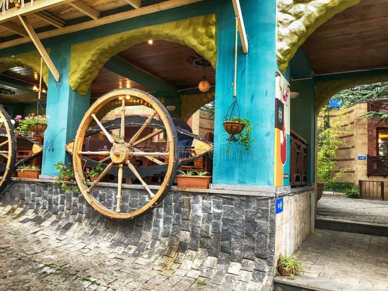 Anziehungskräfte und Unterhaltung im Mtatsminda-Park auf dem funikulären Hölzernes Wagenrad im Café auf der Wand lizenzfreie stockbilder