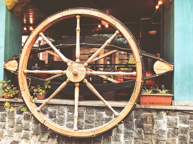 Anziehungskräfte und Unterhaltung im Mtatsminda-Park auf dem funikulären Hölzernes Wagenrad im Café auf der Wand lizenzfreie stockfotografie
