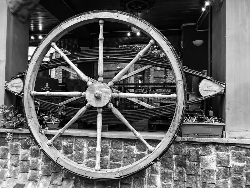 Anziehungskräfte und Unterhaltung im Mtatsminda-Park auf dem funikulären Hölzernes Wagenrad im Café auf der Wand lizenzfreie stockfotos