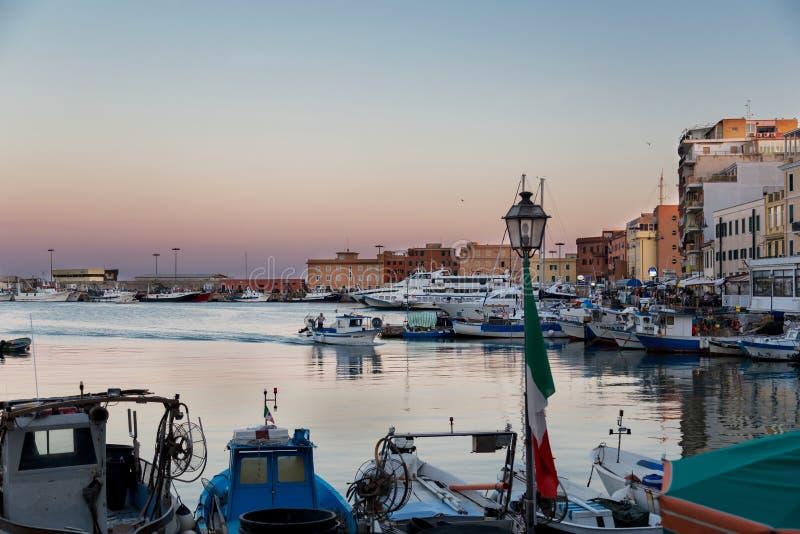 Anzio, região de Lazio, Itália - 27 de agosto de 2018: Porto pitoresco pequeno da cidade no por do sol imagem de stock