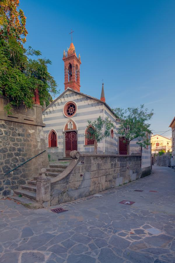 Anzo und die kleine Kirche von Madonna des Schnees lizenzfreies stockfoto