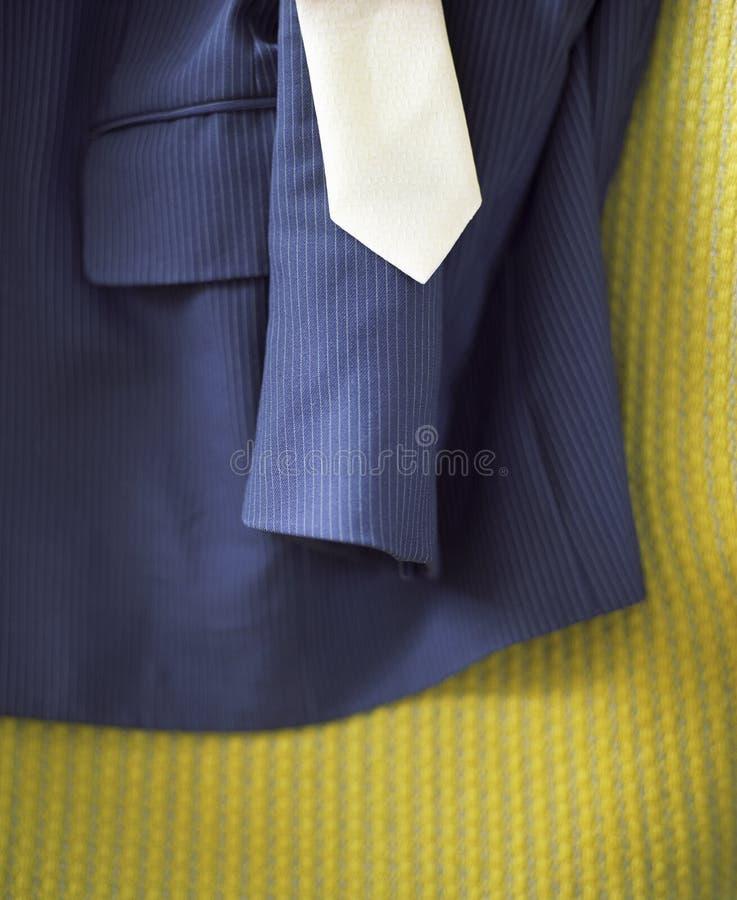 Anzug und Bindung auf gelber Oberfläche stockbild