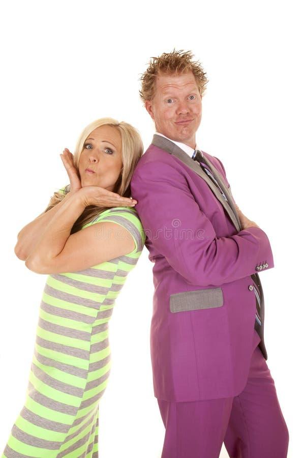 Anzugsfrauengrünkleiderstands des Mannes lustiges Gesicht des purpurroten stockfotos