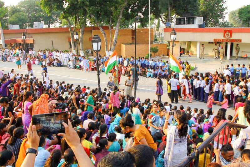 Août 15,2018, frontière de Wagha, Amritsar, Inde La foule indienne encourageant et célébrant l'événement indien de Jour de la Déc photos libres de droits