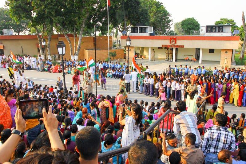 Août 15,2018, frontière de Wagha, Amritsar, Inde La foule indienne encourageant et célébrant l'événement indien de Jour de la Déc images stock