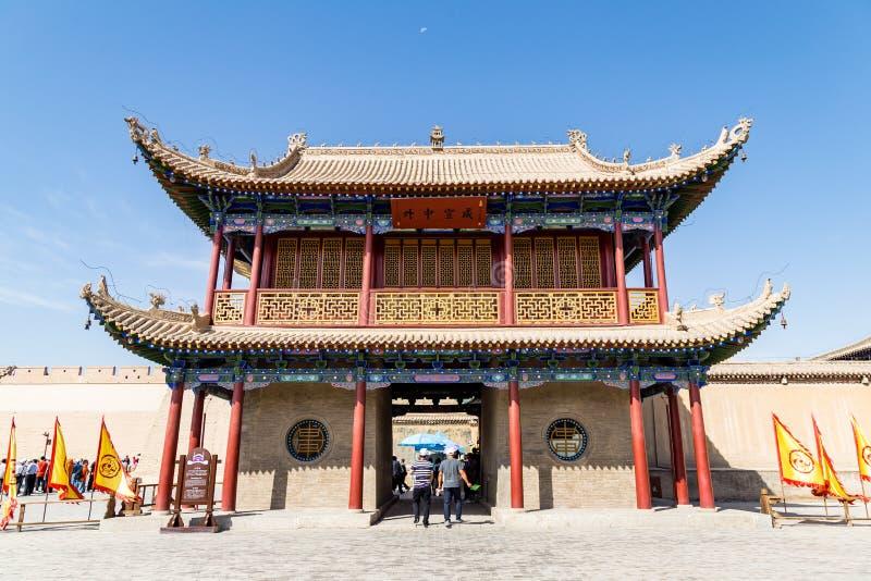 Août 2017 - Jiayuguan, Gansu, Chine - lune au-dessus du passage de Jiayu de porte d'entrée photos libres de droits
