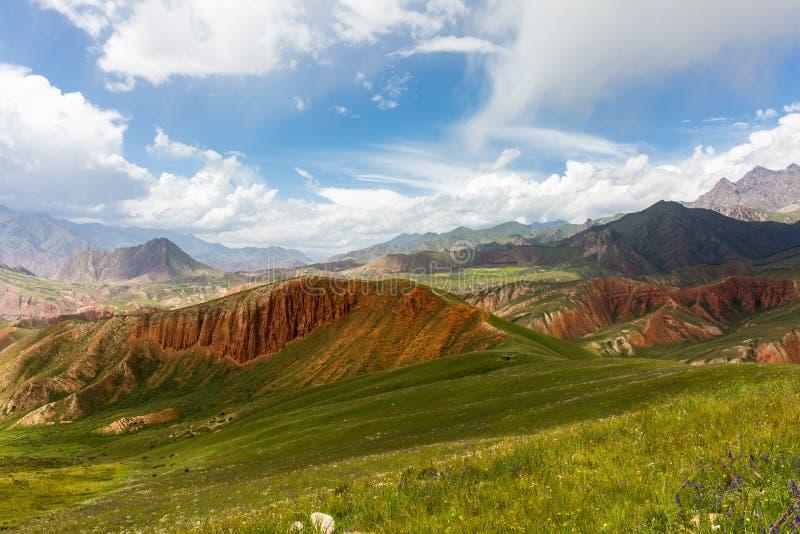 Août, les montagnes sous le ciel bleu et les nuages blancs, montagne de Qilian photo stock