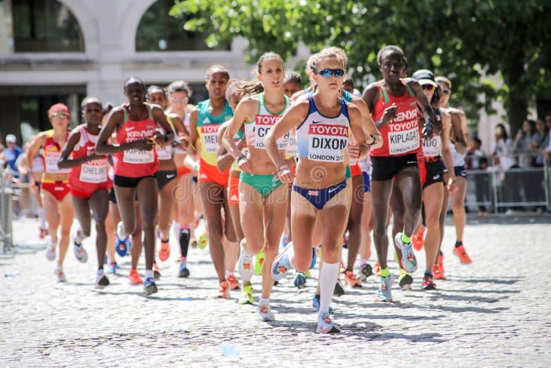 6 août ` 17 - marathon de championnats d'athlétisme du monde de Londres : Alyson Dixon GBR mène la course tôt photo stock