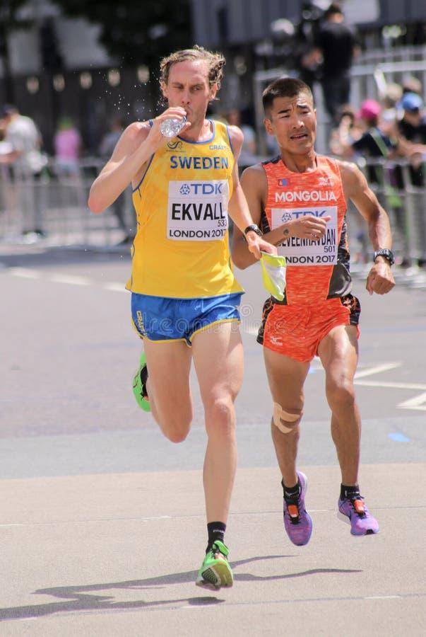 6 août ` 17 - marathon de championnats d'athlétisme du monde de Londres : BYAMBAJAV TSEVEENRAVDAN et MIKAEL EKVALL image stock