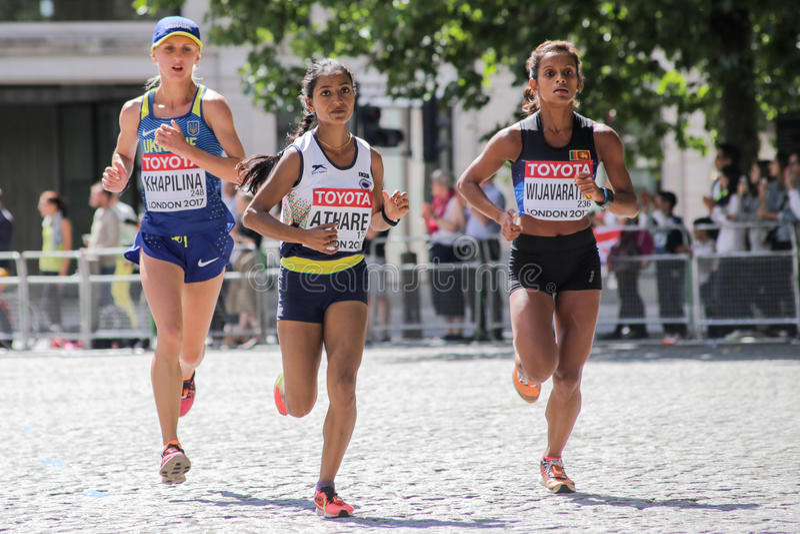 6 août ` 17 - marathon de championnats d'athlétisme du monde de Londres : M Athare Ind, &V Khaplina UKR de H Wijavaratne SRI photos libres de droits