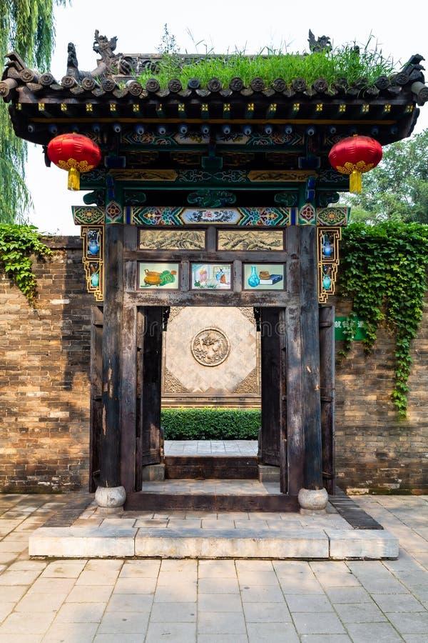 Août 2013 - Pingyao, Chine - belle porte découpée en bois dans une des nombreuses cours de la ville antique de Pingyao photographie stock libre de droits