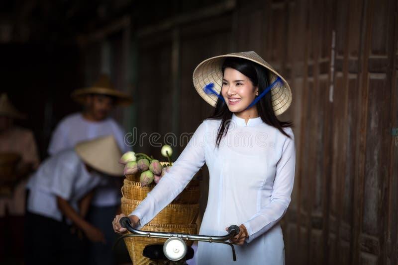 Ao戴越南传统礼服的越南美丽的妇女在V 免版税图库摄影