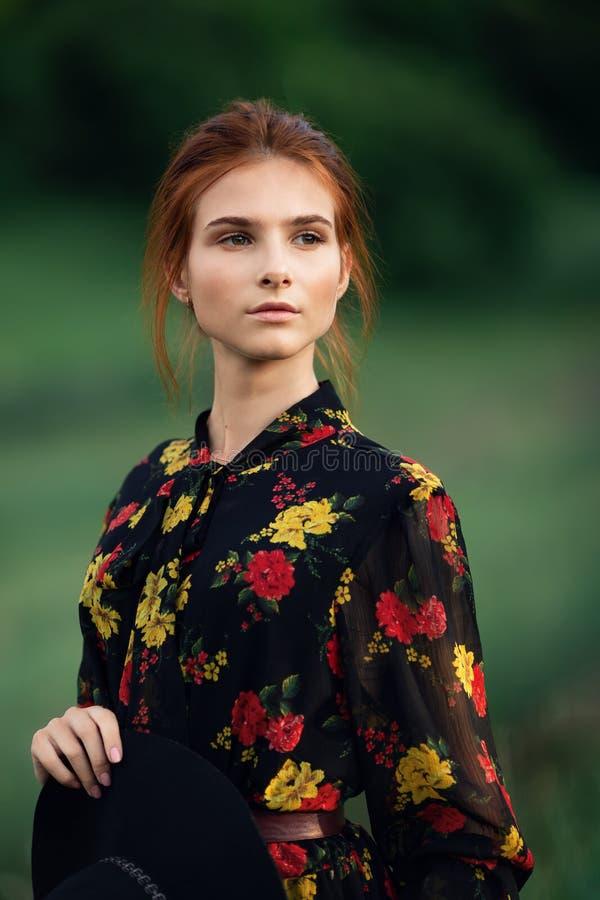 Ao ar livre retrato da mulher nova bonita imagem de stock royalty free