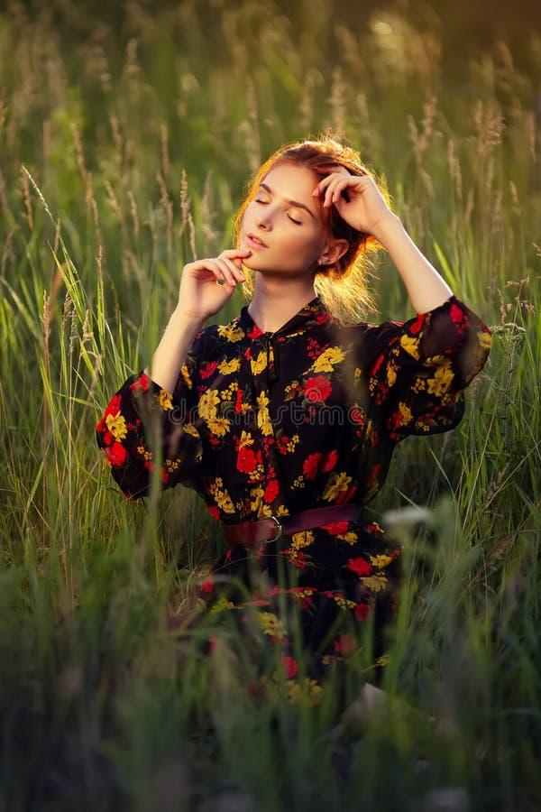 Ao ar livre retrato da mulher nova bonita imagem de stock