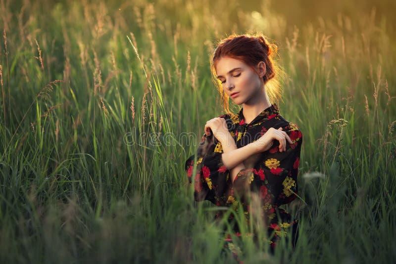 Ao ar livre retrato da mulher nova bonita fotografia de stock
