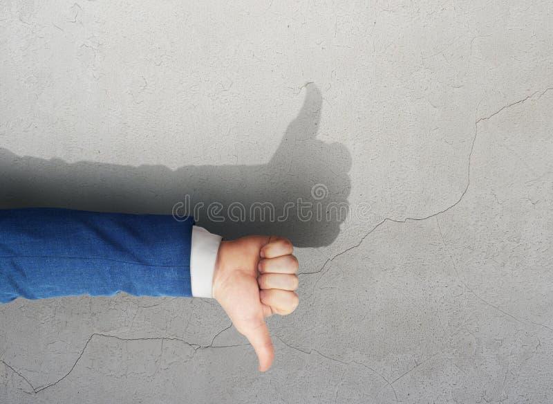 Ao contrário das mostras da mão do homem como a sombra da mão Rectifique mentiras fotografia de stock royalty free
