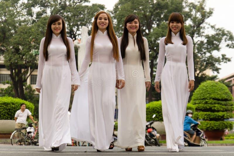 AO DAI - traditionell klänning av vietnamesiska kvinnor royaltyfri fotografi