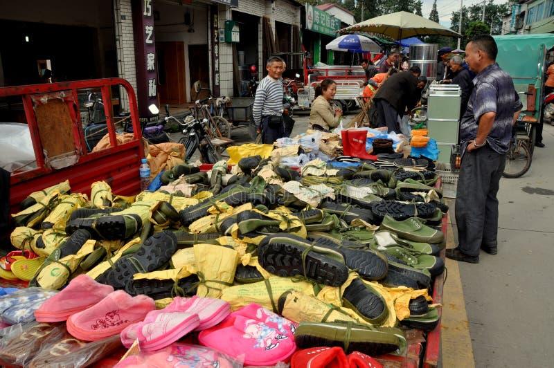 AO-Klingeln, China: Schuh-Verkäufer am Markt-Tag lizenzfreies stockbild