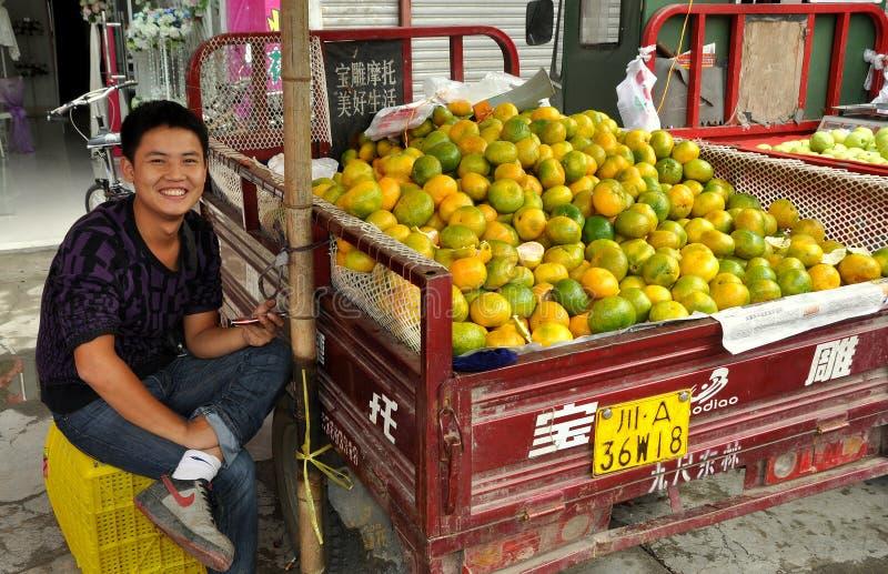 AO-Klingeln: Frucht-Verkäufer am Markt lizenzfreie stockbilder